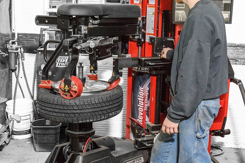 changing a tire with Hunter Engineering equipment